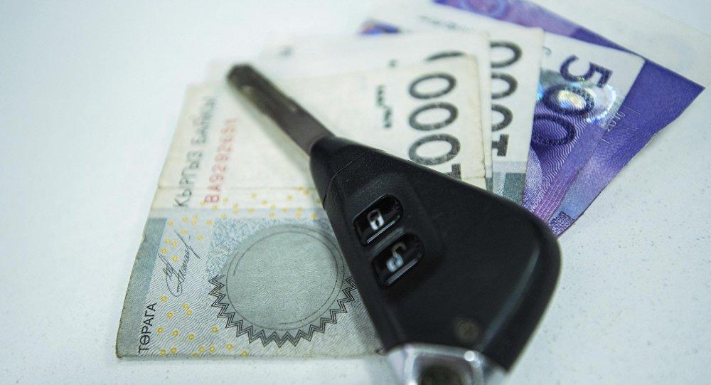 Автомобильные ключи и деньги на стол