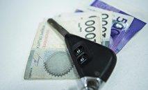 Автомобильные ключи и деньги на столе. Архивное фото