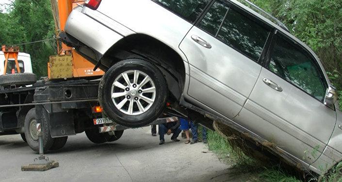 Toyota Prado вытащили из БЧК — видео с места