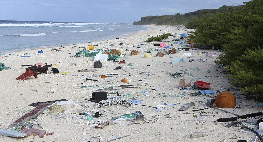 Разбросанные пластиковые мусоры в тихоокеанском острове Хендерсон