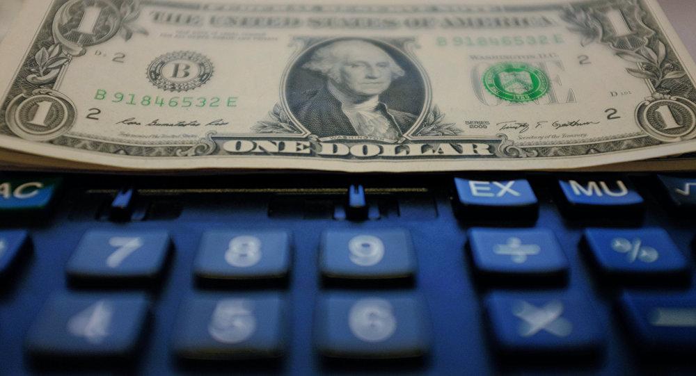 Калькулятор и доллары. Архивное фото