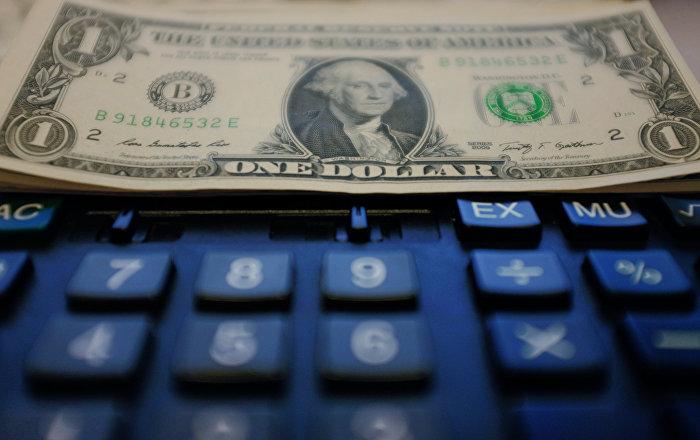 Доллар акчасы жана калькулятор. Архивдик сүрөт