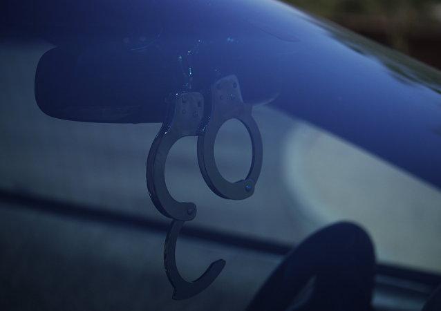 Наручники на зеркальце автомобиля. Архивное фото