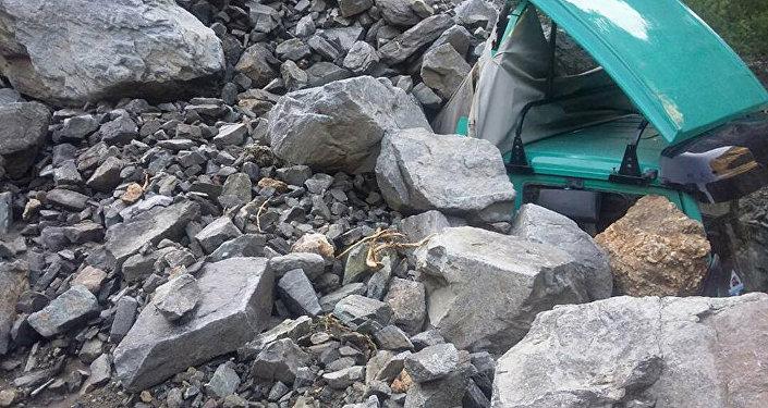 Чаткал районунун Терек-Сай айыл аймагында кум-шагыл аралаш сел жүрүп, Mercedes Benz үлгүсүндөгү жүк ташуучу унааны басып калган