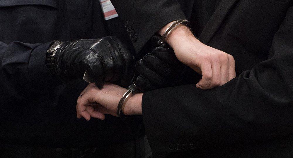 Подсудимый в наручниках. Архивное фото