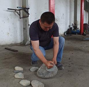 Разбивает камни кулаком и свистит как соловей — способности кыргызстанца