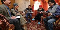 Актеры на съемках новой кыргызской комедии режиссера  Суйуна Откеева Эл укпасын