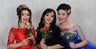 акын кыздар Айсулуу Эсен кызы, Нуркыз Рыскул кызы, Рыскүл Изатова