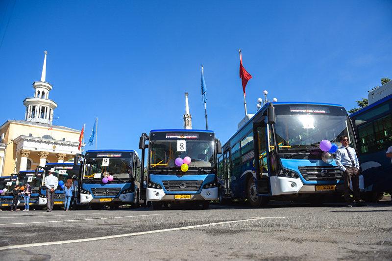 Новые автобусы большой вместимости  на презентации перед зданием мэрии города Бишкек.