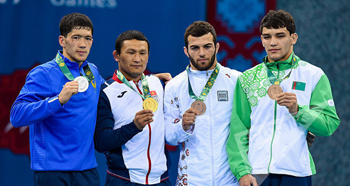 Обладатель золотой медали кыргызстанский борец греко-римского стиля Каныбек Жолчубеков (слева второй), серебряная медаль досталась узбекскому атлету Исломжону Бахрамову, бронзовые медалисты азербайджанский борец Мурад Мамедов и туркменский борец Сейдулла Тасаев на церемонии награждения