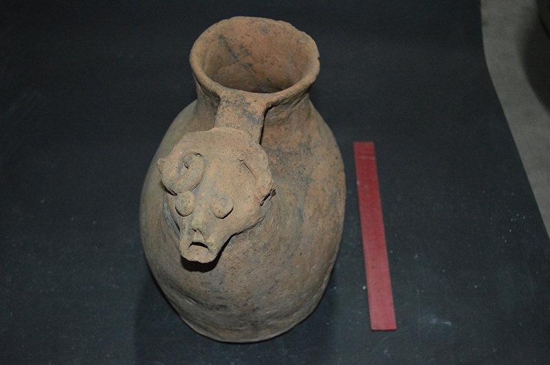 Сосуд типа мургоби с горловиной. Слив оформлен в виде шеи и головы барана. III-V века. Найдены в долине Кетмен-Тюбе.