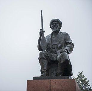 Памятник поэту, певцу и инструменталисту Токтогулу Сатылганову. Архивное фото
