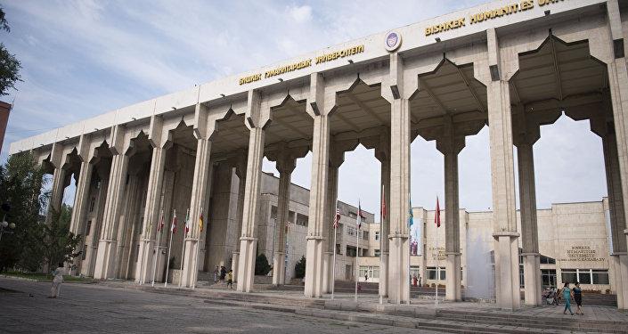 Вид на арку Бишкекского Гуманитарного университета им. К. Карасаева в Бишкеке