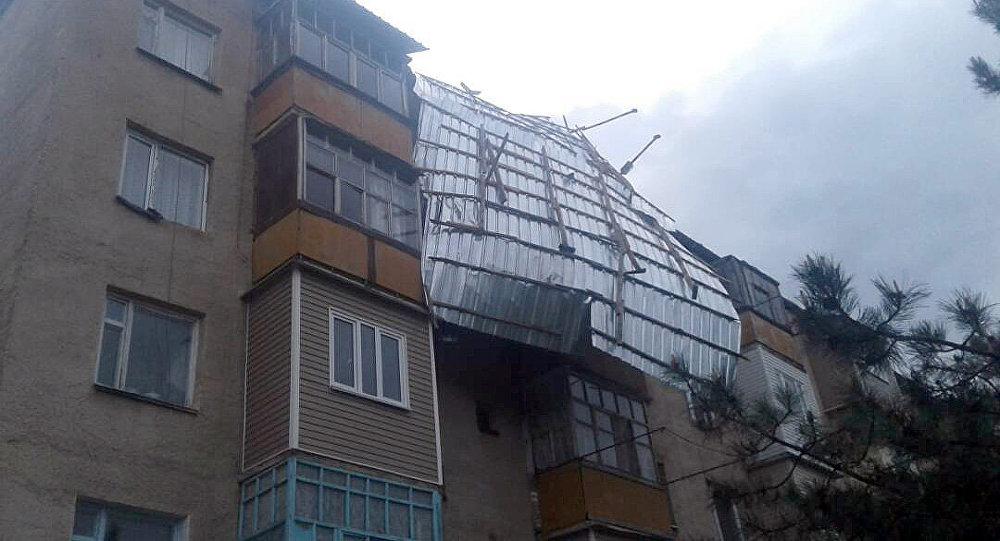 Ысык-Көл облусунун Каракол шаарында катуу шамал болуп көп кабаттуу үйдүн чатырын учуруп кетти