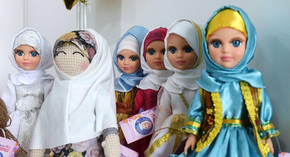 Куклы в национальных костюмах на открытии выставочной экспозиции RUSSIA HALAL EXPO в рамках IX Международного экономического саммита Россия — Исламский мир: KazanSummit 2017 в Казани.
