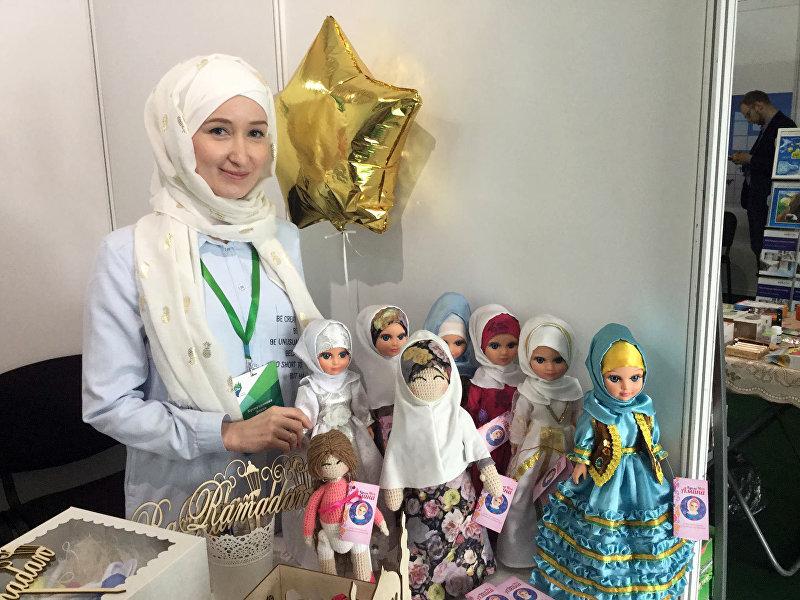 Куклы, представленное на открытии выставочной экспозиции RUSSIA HALAL EXPO в рамках IX Международного экономического саммита Россия — Исламский мир: KazanSummit 2017 в Казани.