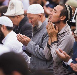 Мусульмане во время праздничного Айт-намаза. Архивное фото