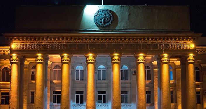 Вид на фасад здания Правительства Кыргызской Республики на старой площади Бишкеке. Архивное фото