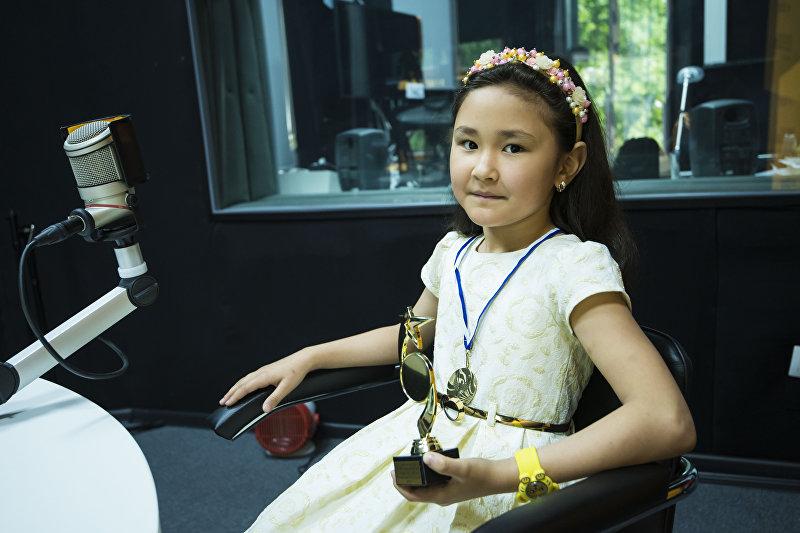 Восьмилетняя кыргызстанка Томирис Алымсеитова, занявшая первое место на международном конкурсе-фестивале Открытый Казахстан в Астане во время интервью Sputnik Кыргызстан