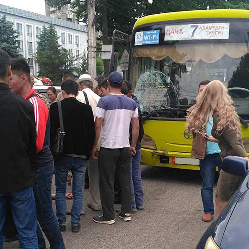 Автобус №7 сбил пешехода на переходе в микрорайоне Восток-5 в Бишкеке