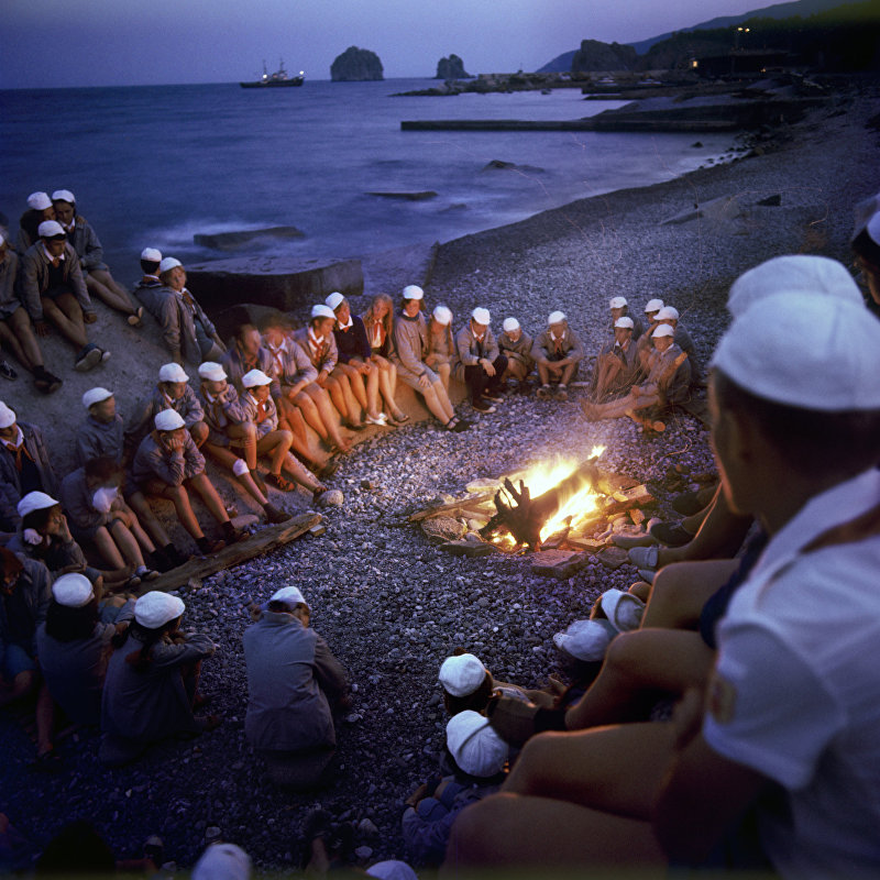 Пионеры у костра на берегу моря