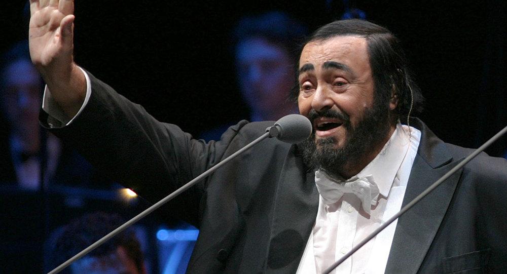 Легендарный итальянский оперный певец (лирический тенор) Лучано Паваротти во время концерта. Архивное фото