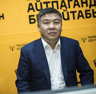 Ата Мекен фракциясынын депутаты Алмамбет Шыкмаматов маек учурунда