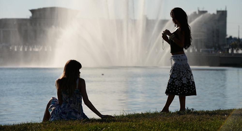 Горожане у фонтана на набережной озера Кабан. Казань. Россия. Архивное фото