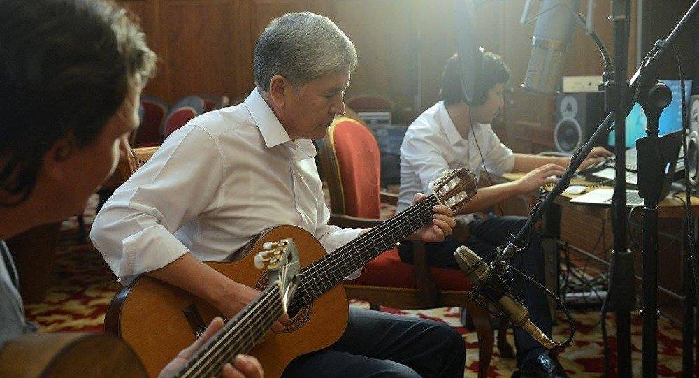 Президент Алмазбек Атамбаев спел песню омаме