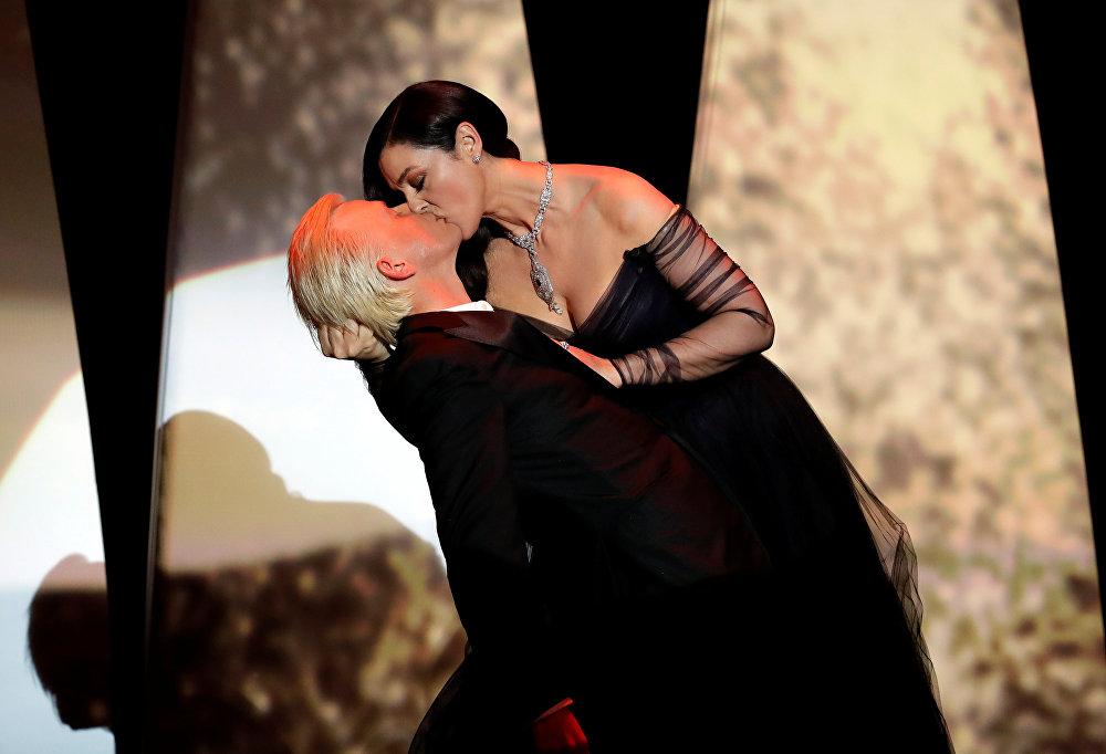 Канн кинофестивалынын ачылышында Моника Беллуччи бийлеп жатып франциялык комик Алекс Лутсту өпкөн