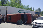 Бишкек — Кара-Балта жолунда жүргүнчү ташыган бус менен ГАЗ-53 үлгүсүндөгү жүк ташуучу автоунаа кагышкан