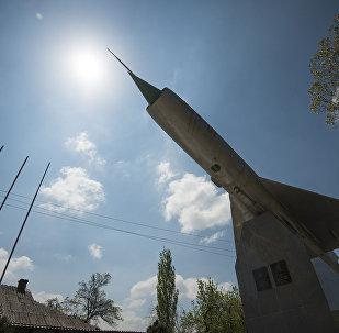 Монумент у здания Кыргызского авиационного колледжа им. И. Абдраимова в Бишкеке. Архивное фото