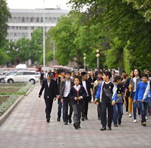 Школьники на одной из улиц Бишкека. Архивное фото