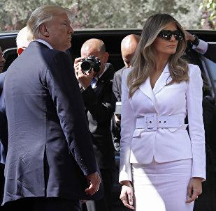 АКШ президенти Дональд Трамп жубайы Меланьяга колун сунса, ал кармабай койгон видео интернетке таркады