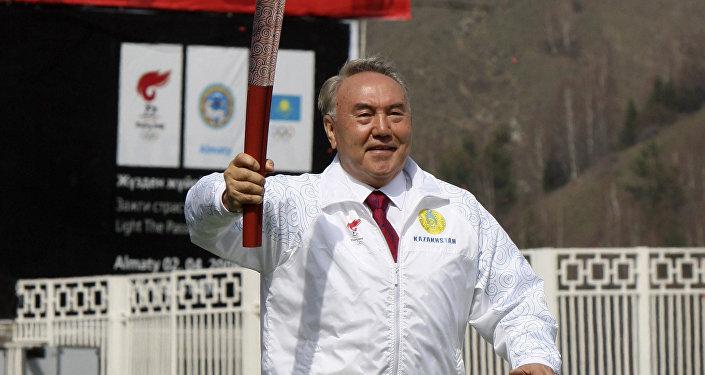 Президент Казахстана Нурсултан Назарбаев бежит с олимпийским факелом на стадионе Медео за пределами Алматы. Архивное фото