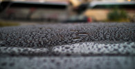 Капли дождя на автомобиле. Архивное фото