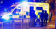 Сотрудники полиции и медики на месте взрыва на стадионе в Манчестере (Великобритания). 23 мая 2017 год