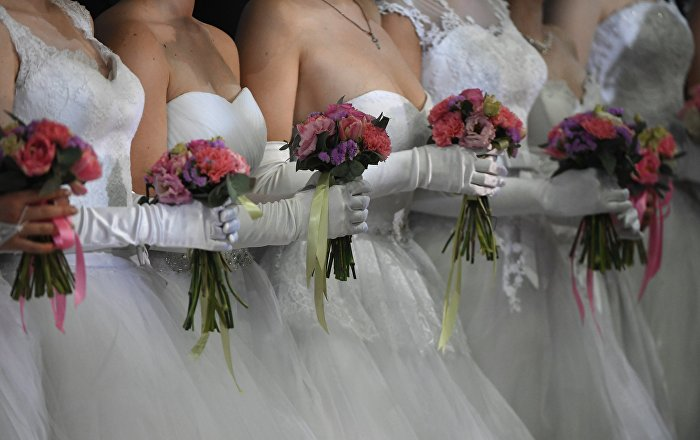 Девушки в белых платьях. Архивное фото