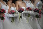Девушки в свадебных платьях. Архивное фото