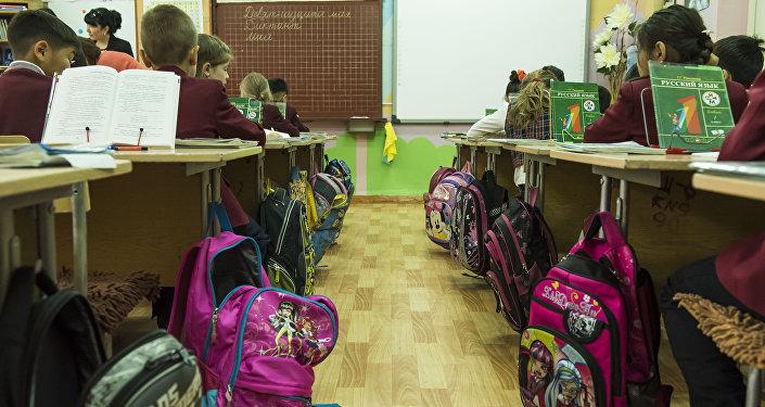 Ученики первого класса во время урока в одном из Бишкекских школ. Архивное фото