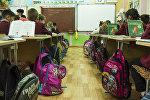 Ученики на уроке в школе. Архивное фото