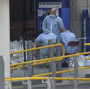 Судебно-медицинские эксперты работают на станции Манчестер после теракта. Архивное фото
