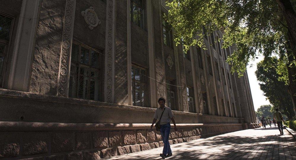 Мужчина у здания МУК в Бишкеке. Архивное фото
