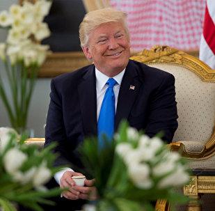 Президент США Дональд Трамп выпивает кофе во время церемонии приема в Эр-Рияде, Саудовская Аравия, 20 мая 2017 года
