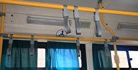 Поручни в автобусе. Архивное фото