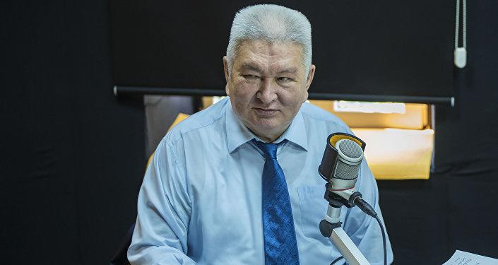 Алмазбек Атамбаев подписал закон опроведении президентских выборов 15октября