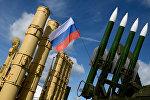 Флаг Российской Федерации на фоне ЗРК. Архивное фото