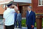 Өлкө башчы Алмазбек Атамбаев Улуттук коопсуздук мамлекеттик комитетинин кызматкерлери үчүн Бишкекте курулган көп батирлүү турак үйдүн ачылыш аземине катышты