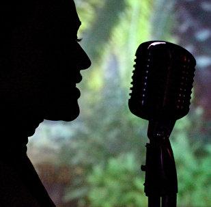 Девушка с микрофоном. Архивное фото