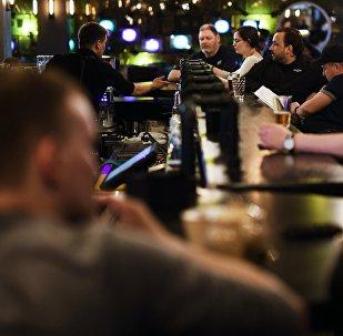 Посетители в баре. Архивное фото